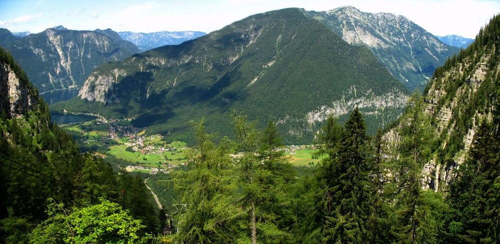 Blick von den Bergen auf Obertraun und den Hallstätter See