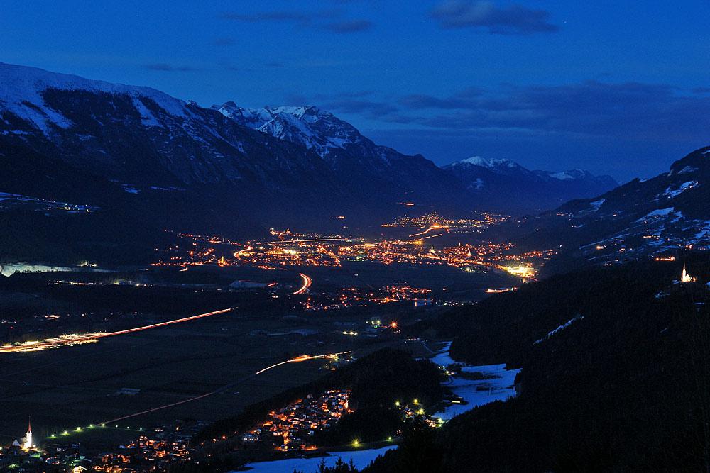 Blick auf Schwaz bei Nacht