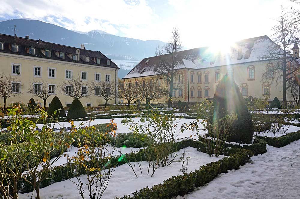 Blick in den verschneiten Hofgarten von Brixen