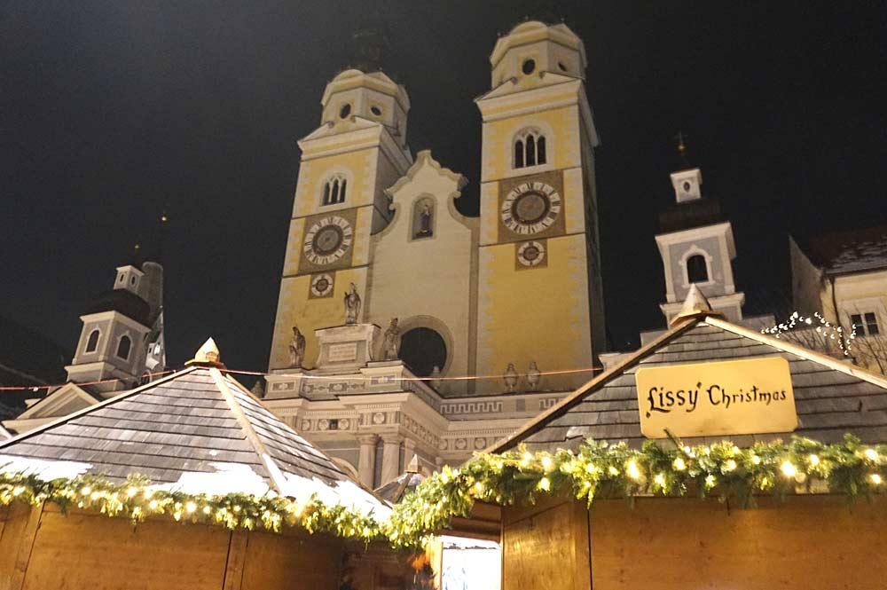 Weihnachtsmarkt in Brixen mit dem Brixner Dom im Hintergrund