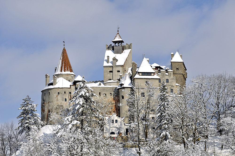 Außenansicht des winterlichen Draculaschlosses Bran bei Predeal