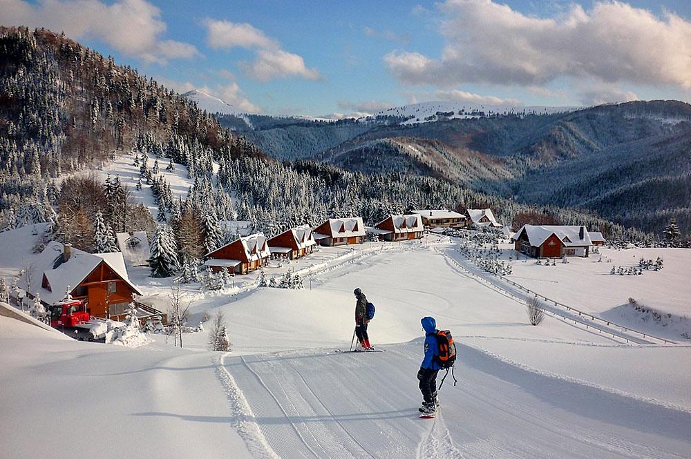 Wintersportler auf einer Piste im Skigebiet Donovaly