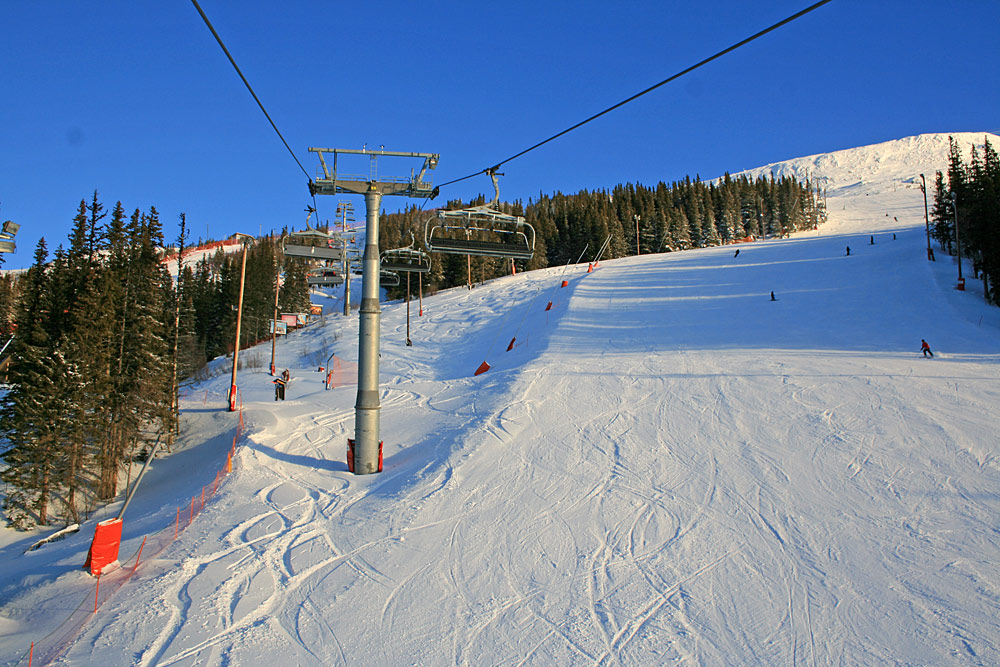 Sessellift und Piste im Skigebiet Arefjällen