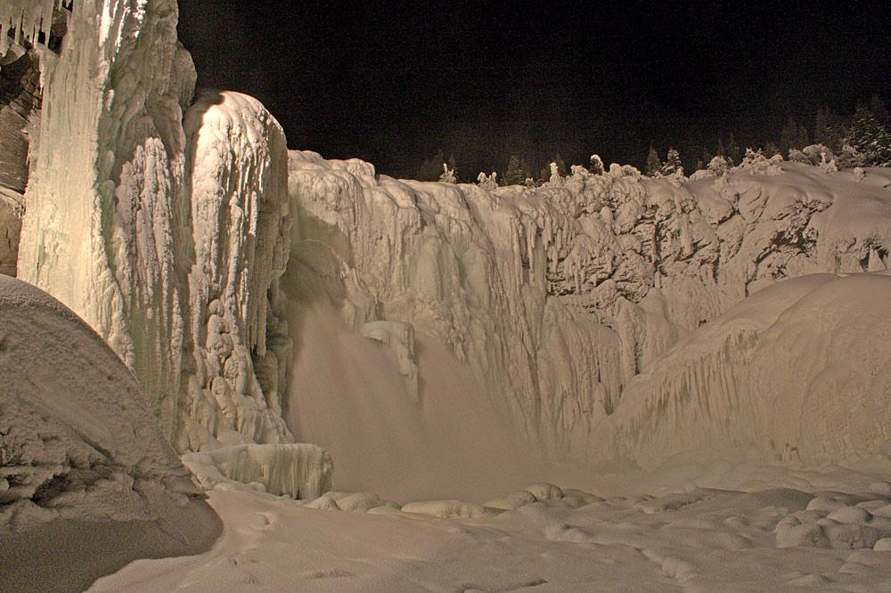 Blick auf den zugefrorenen Wasserfall Tännforsen bei Are