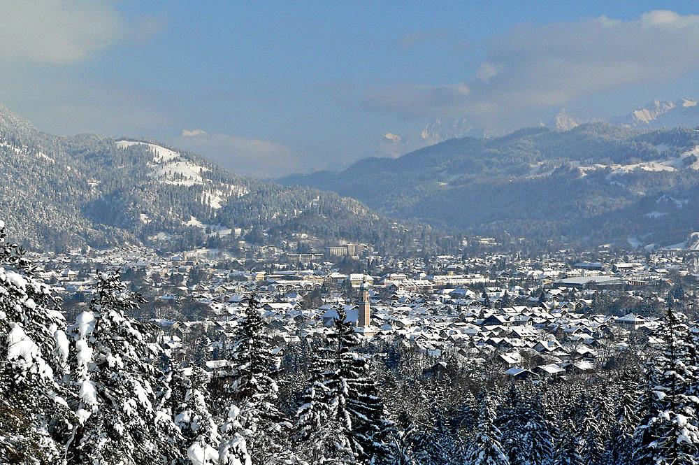 Blick vom Kramerplateauweg auf das winterliche Garmisch-Partenkirchen