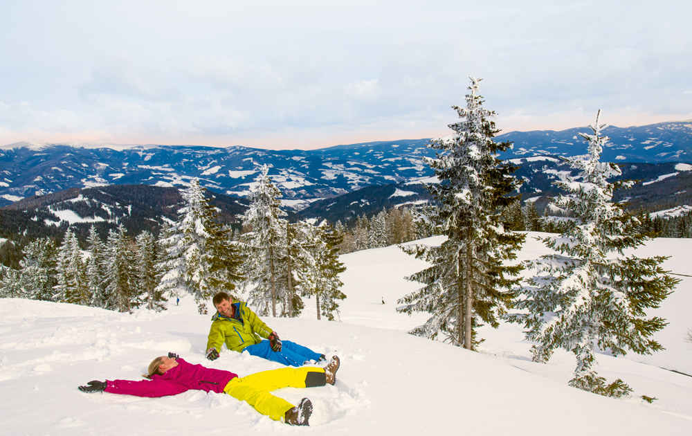 Zwei Menschen in der Schneelandschaft Klippitztörl