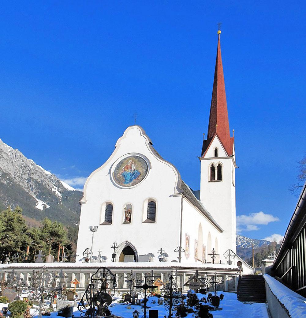 Außenansicht der Wallfahrtskirche St. Nikolaus mit Friedhof in Nassereith
