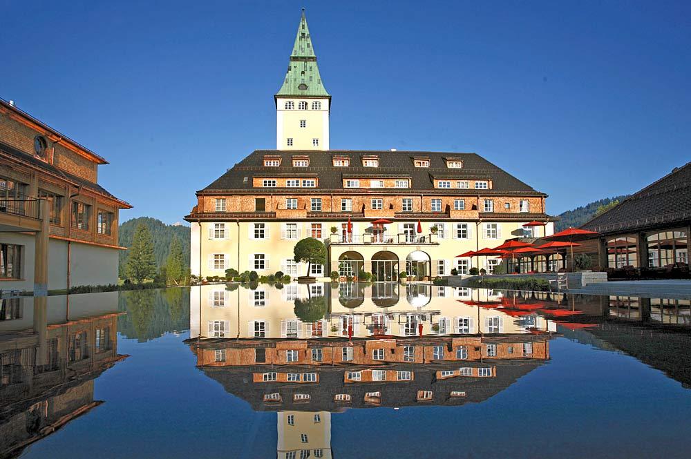 Haupteingang von Schloss Elmau bei Krün