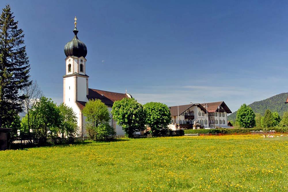 Blick auf die katholische Pfarrkirche St. Sebastian in Krün