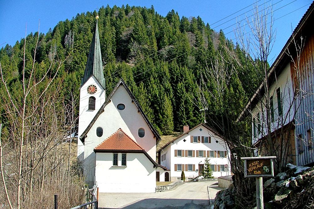 Außenansicht der Pfarrkirche Heilige Dreifaltigkeit in Unterjoch