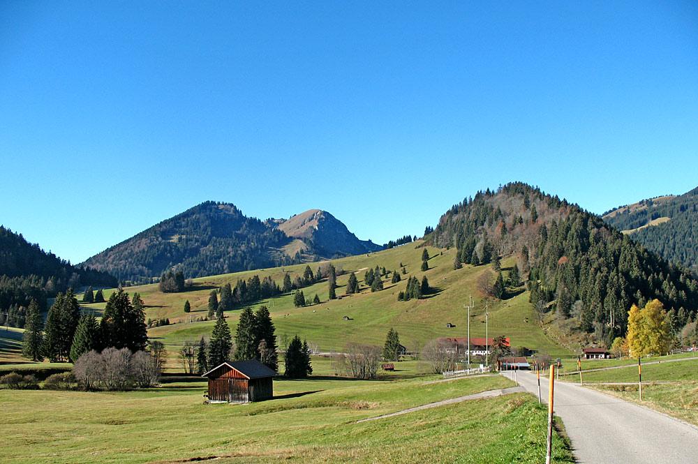 Blick auf den Hotzenberg und den Hirschberg bei Unterjoch