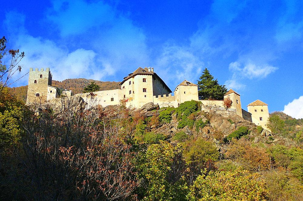 Blick von unten auf Schloss Juval in Naturns