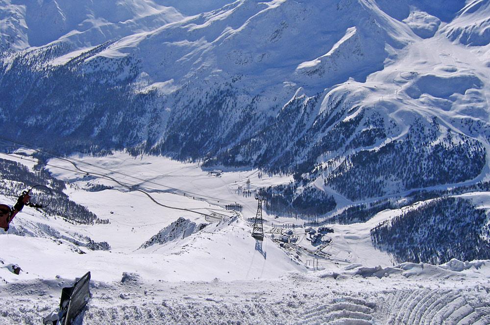 Blick von oben auf Lifte und Pisten am Schnalstaler Gletscher