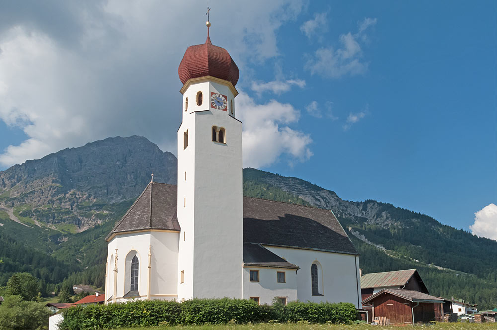 Außenansicht der Pfarrkirche Mariä Himmelfahrt in Heiterwang