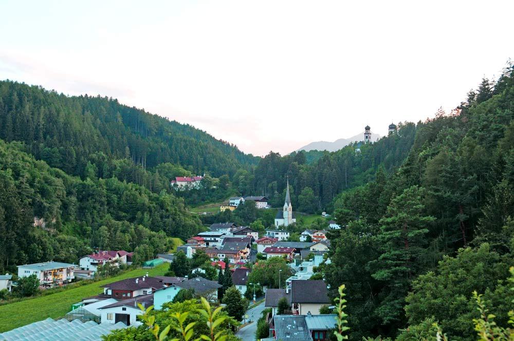 Blick auf den Dorfkern von Ampass