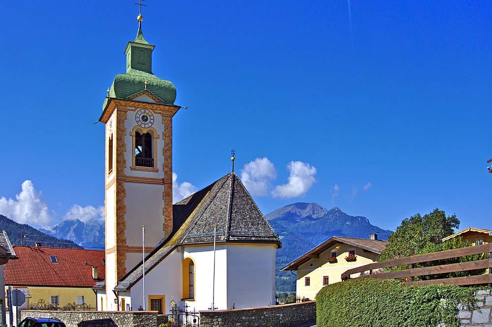 Außenansicht der Pfarrkirche St. Peter in Ellbögen