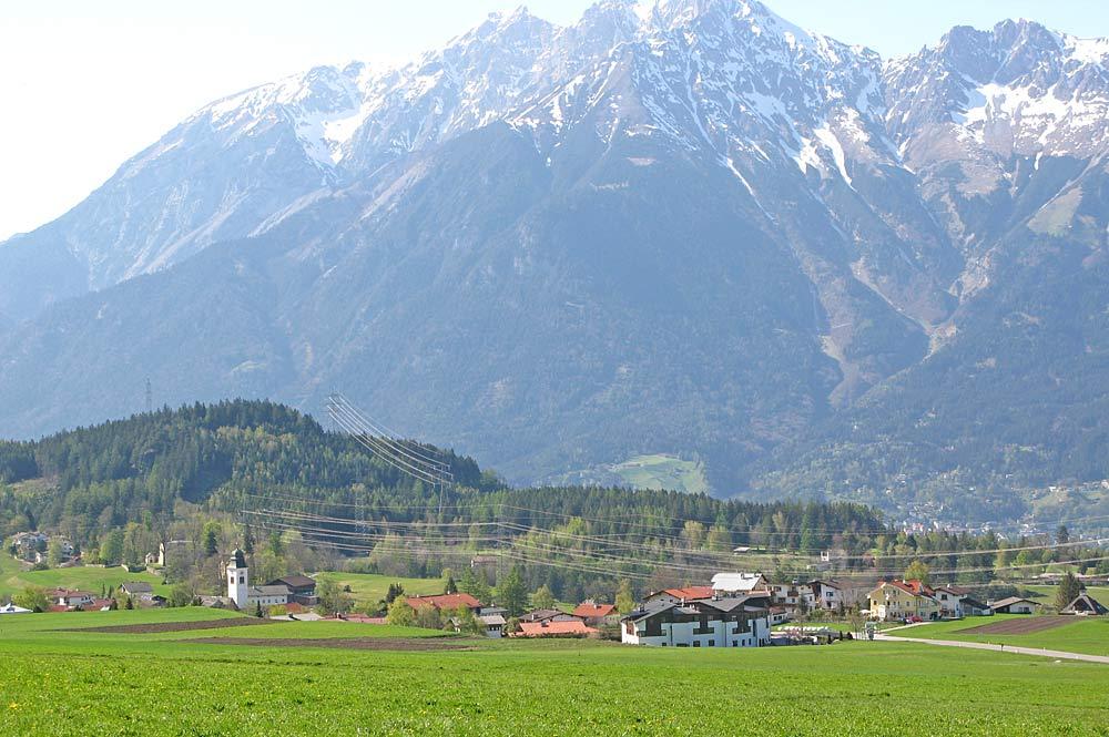 Blick auf die Gemeinde Lans in Tirol mit der Nordkette im Hintergrund