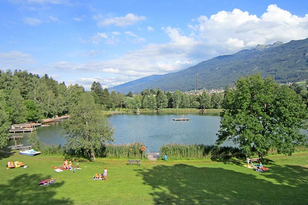 Blick auf die Liegewiesen am Lanser See bei Lans in Tirol