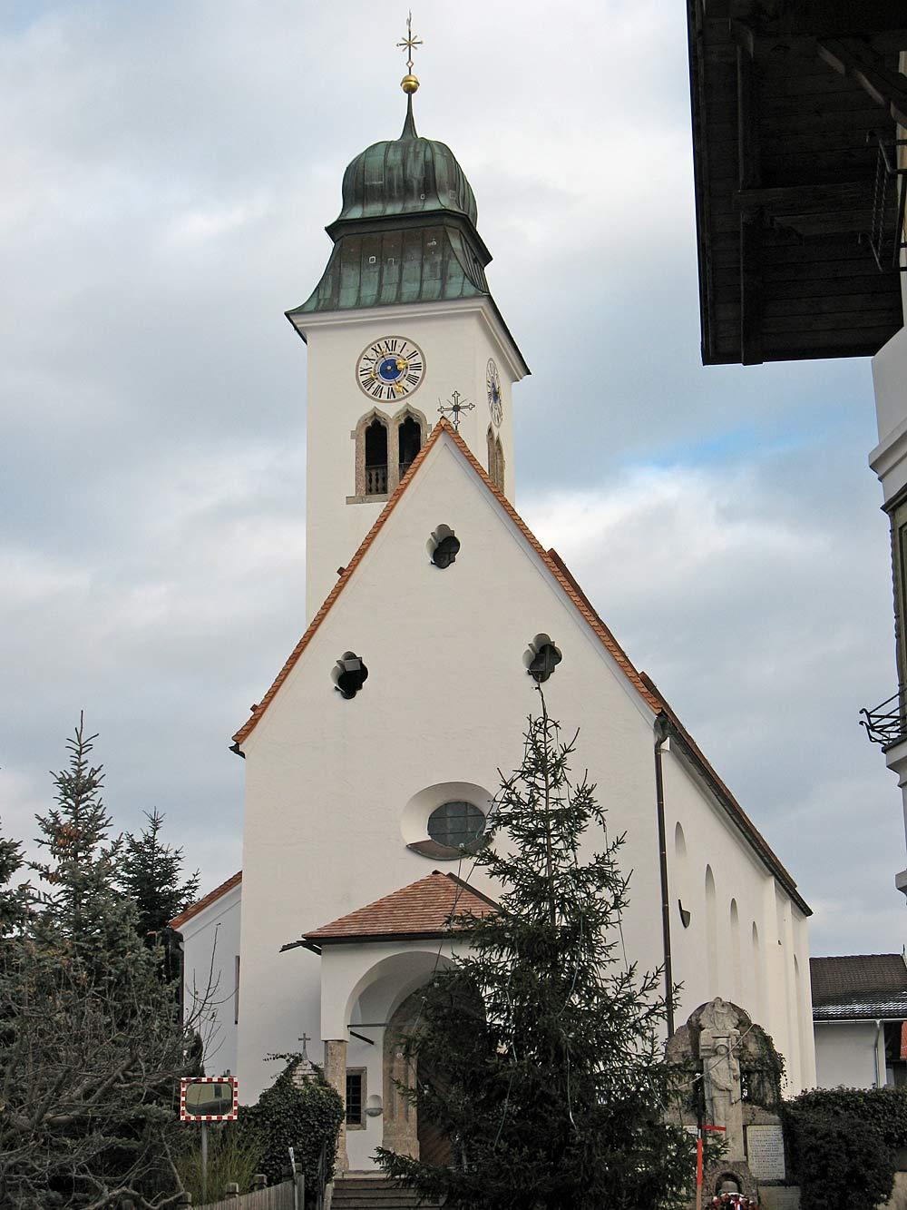 Außenansicht der katholischen Pfarrkirche St. Lambert in Lans in Tirol