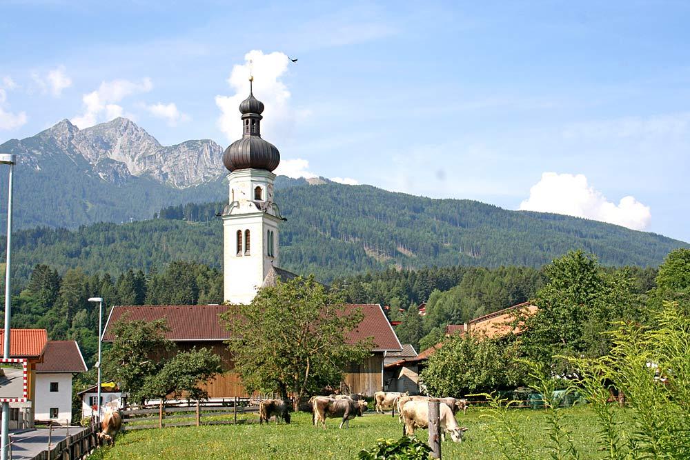 Blick auf den Kirchturm der katholischen Pfarrkirche St. Michael in Natters