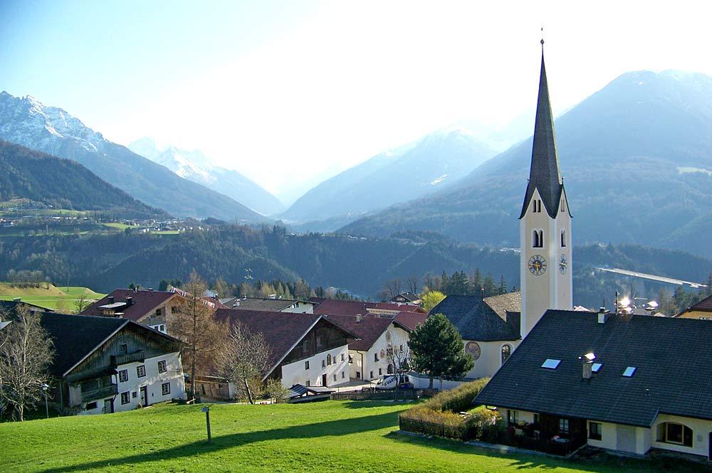 Blick auf die Gemeinde Patsch mit der katholischen Pfarrkirche St. Donatus