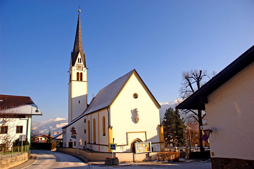 Außenansicht der katholischen Pfarrkirche St. Georg in Rum bei Innsbruck