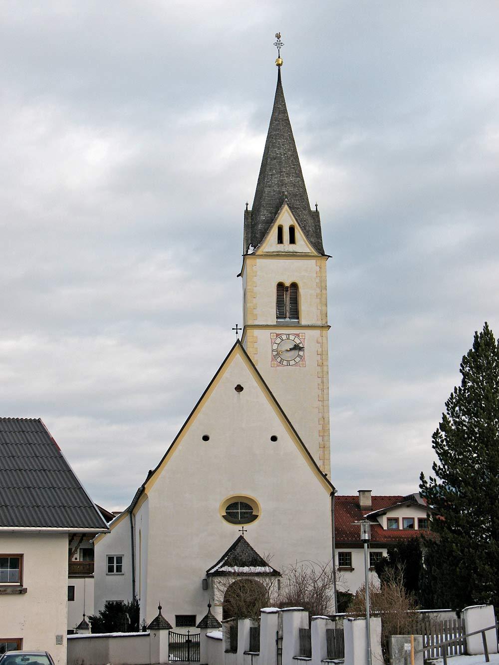 Außenansicht der katholischen Pfarrkirche St. Gertraud von Nivelles in Sistrans