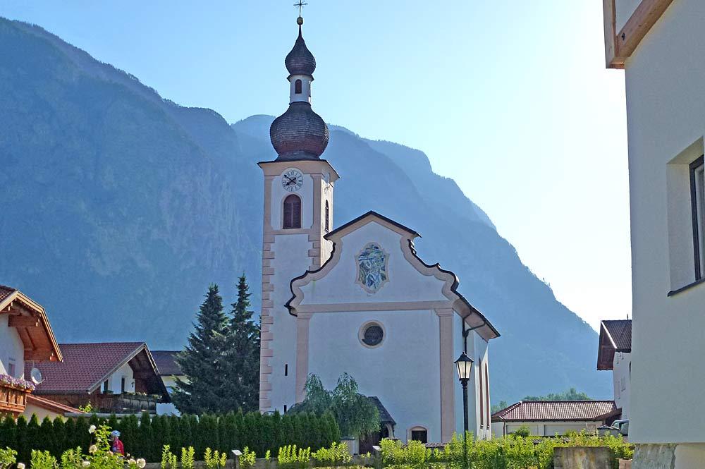 Außenansicht der katholischen Filialkirche St. Katharina in Unterperfuss