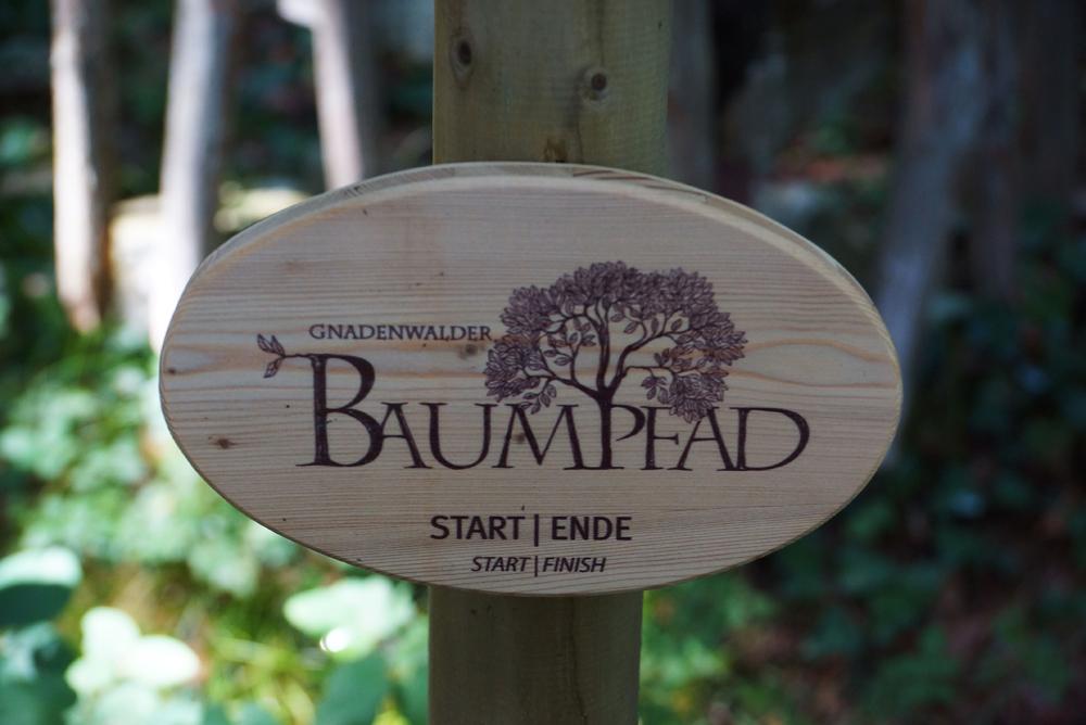 Schild des Gnadenwalder Baumpfads