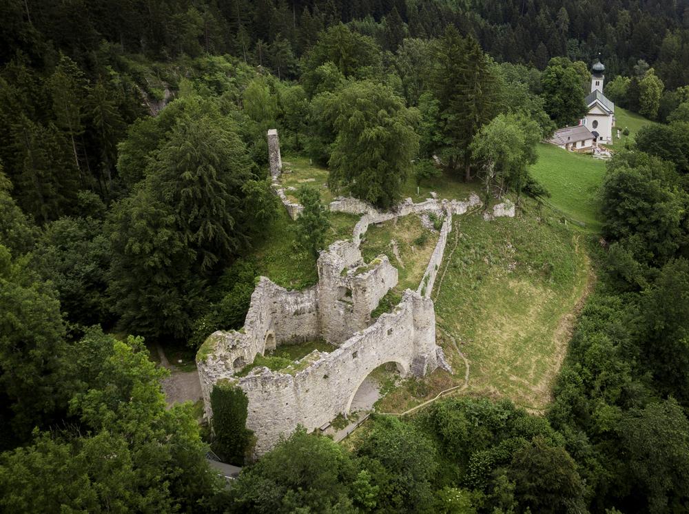 Blick auf die Burgruine von Thaur