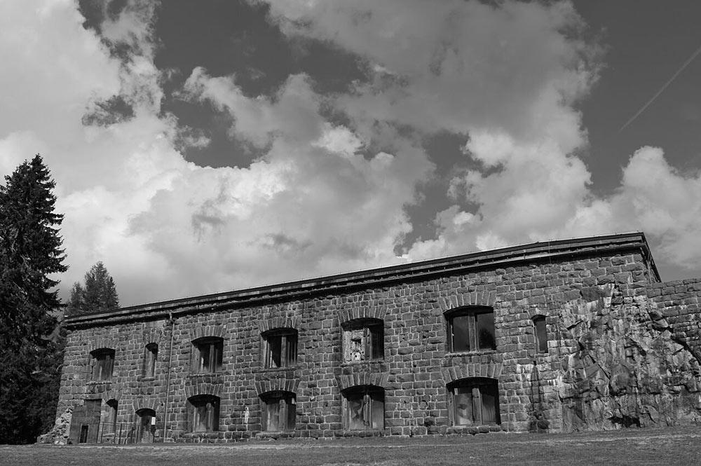 Außenansicht des Forte Dossaccios bei Predazzo