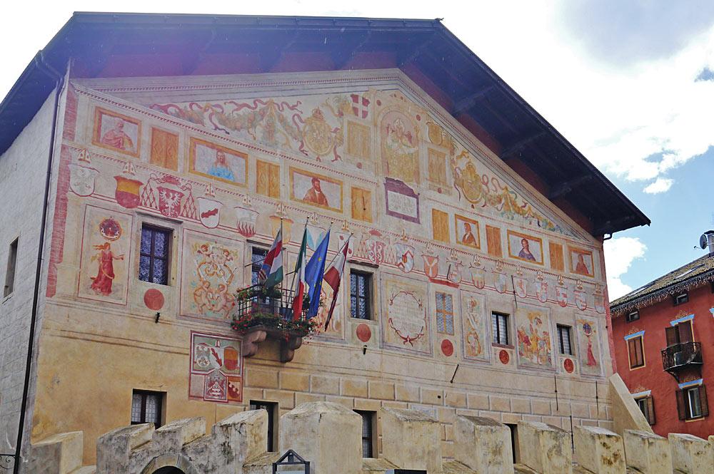 Außenansicht des Palazzos Magnifica Comunità di Fiemme in Cavalese