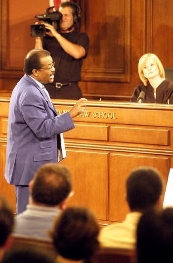 JOHNNIE COCHRAN speaks in defense of Pete Rose at a mock trial at Harvard Law School yesterday as Judge CATHERINE CRIER presides.