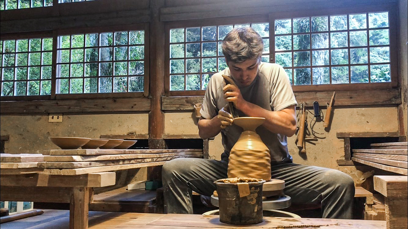 After two years at Harvard, Everard decided to return to Japan to work under master potter Taki Nakazato.