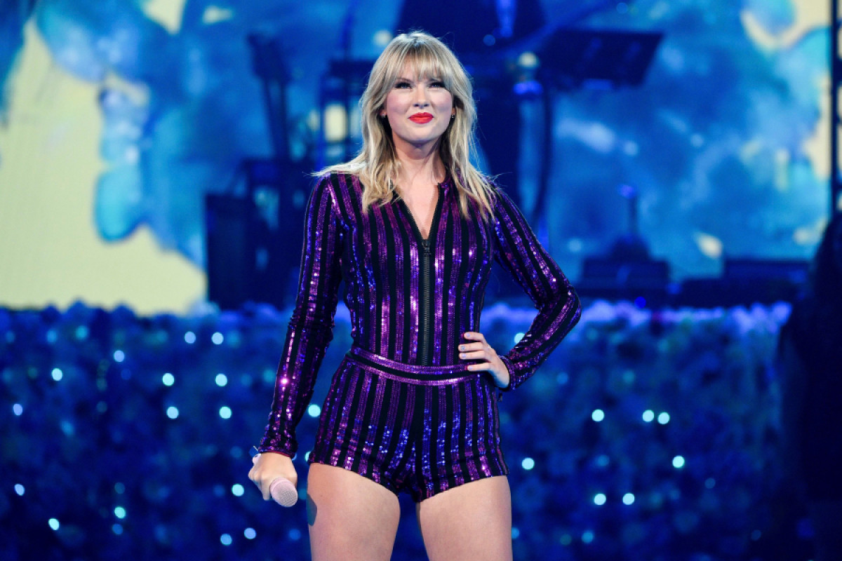 Taylor Swift was able to perform at the AMAs in honor of being crowned artist of the decade.