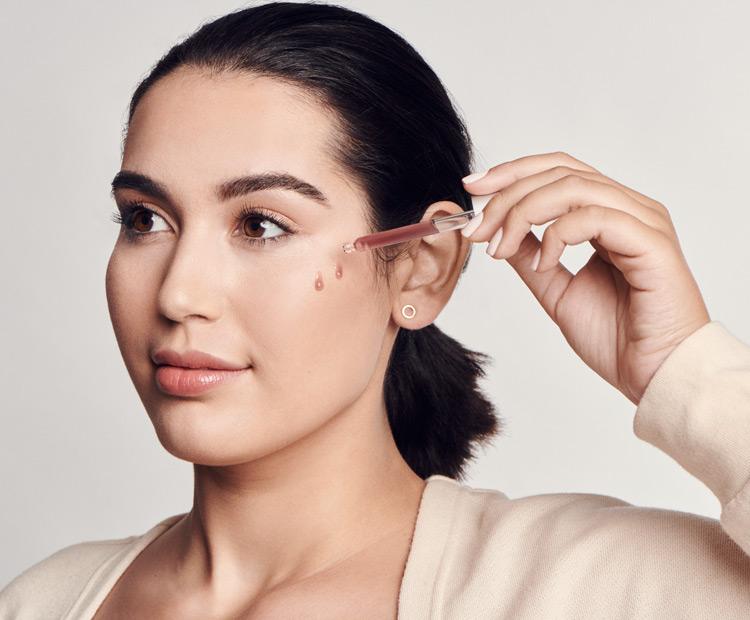 woman-applying-moisturizing-serum-skincare.Transepidermal Water Loss