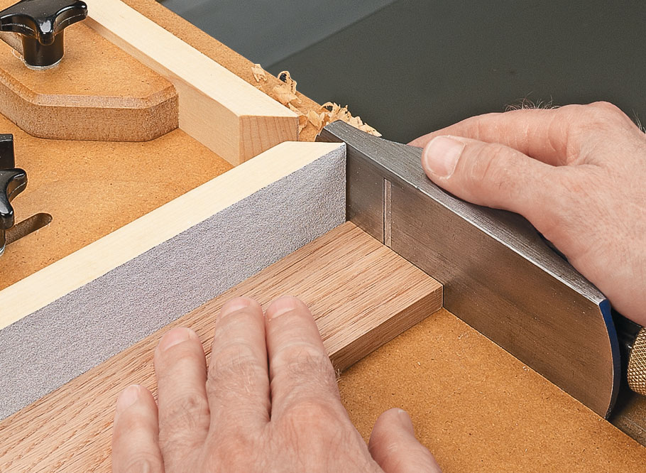 This must-have jig allows you to take whisker-thin shavings off the end of a workpiece to fine-tune the fit of a joint.