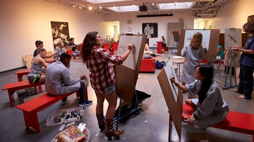 Students in the figure drawing classroom