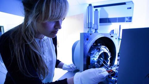 Nicole DeBuono '20 and scanning electron microscope