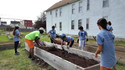 Students volunteer at For the Good