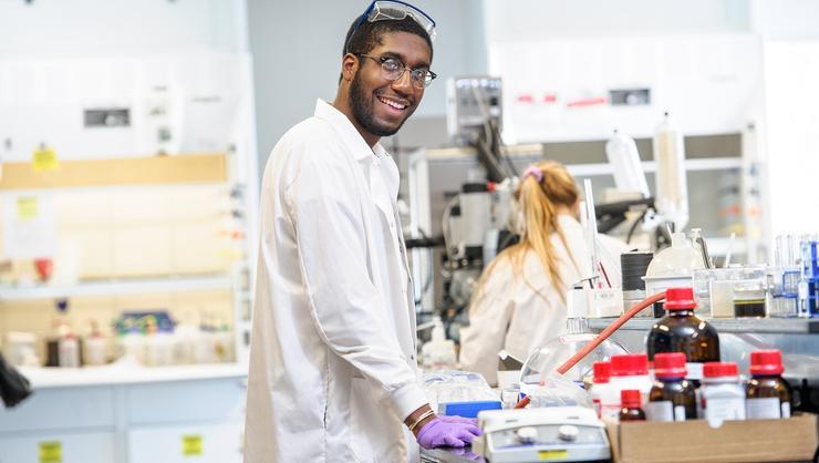 David Dacres '18 in the chemistry lab at Hamilton.