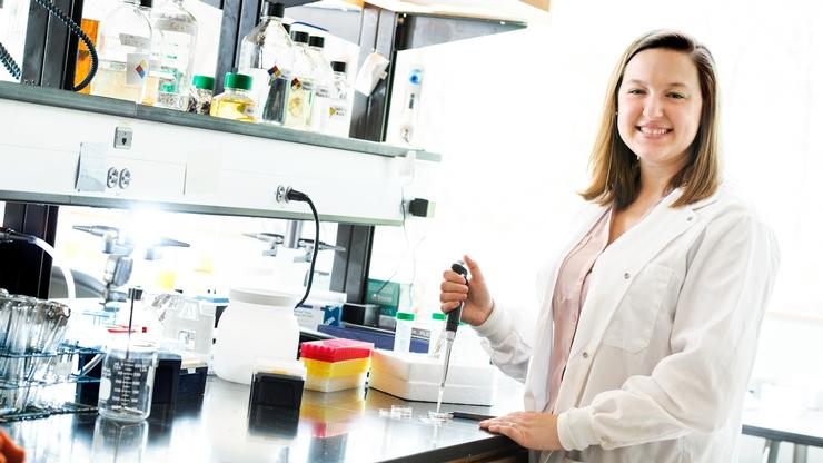Katherine O'Malley '19 in the biology lab at Hamilton.