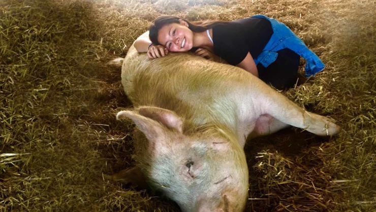 Akela Baldwin '20 with friend at Farm Sanctuary.