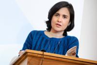 Shamsie '94 Pens Op-ed on Refugee Detention for <em>The Guardian</em>