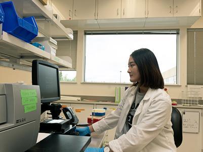 Debbie Kim '19 in the lab