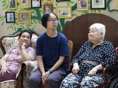 Jie Ying Mei '19 (center)