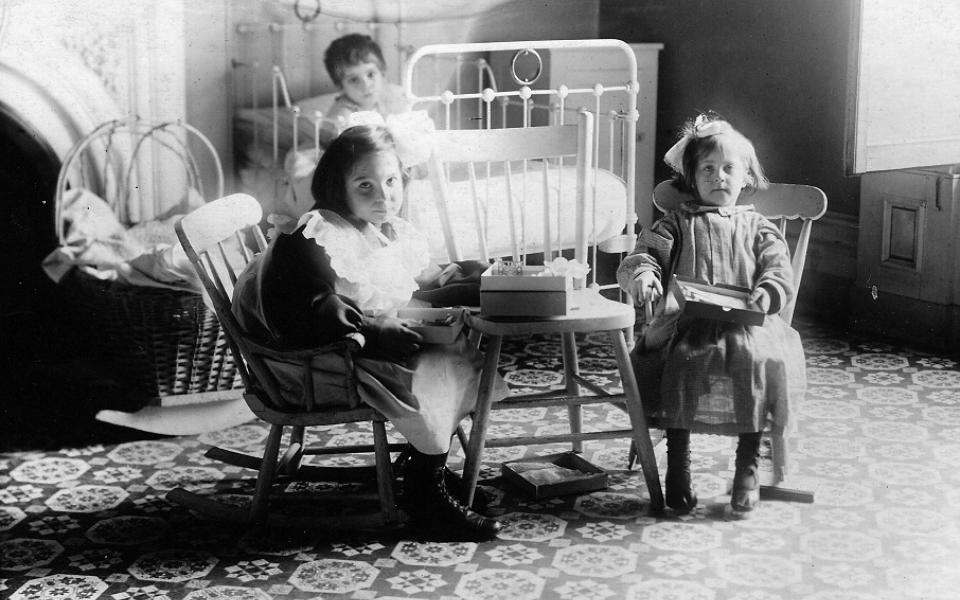1908 1914 Petits Patients Qui Samusent Dans Une Piece De La Maison