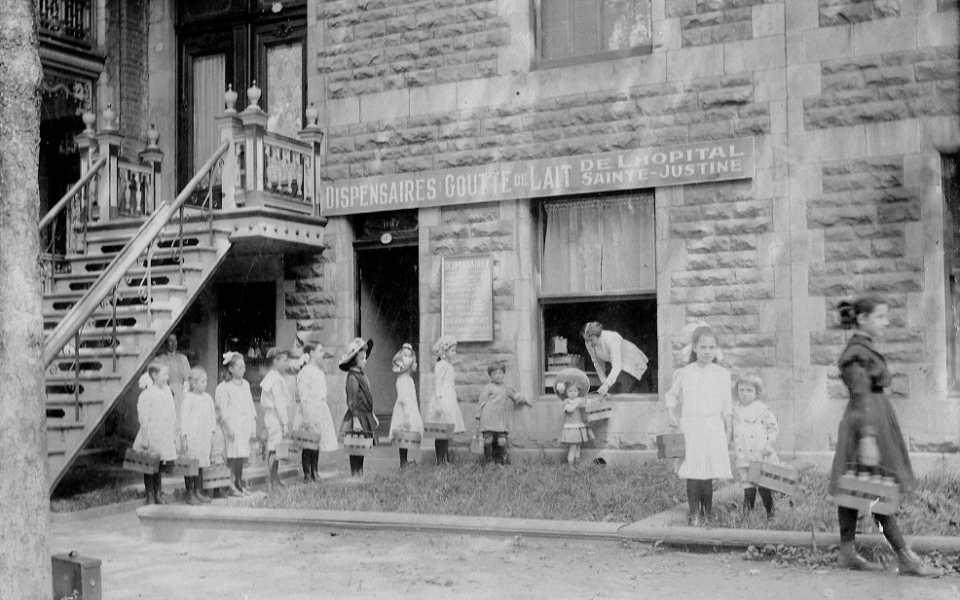 1912 Distribution De Lait Pasteurise Au Dispensaire La Goutte De Lait De Sainte Justine