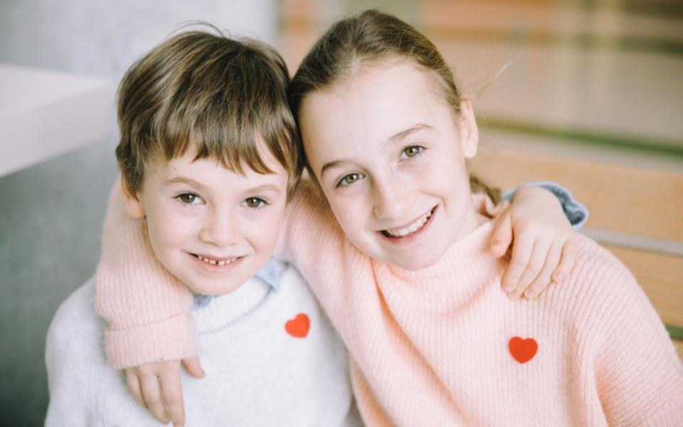 Deux Enfants Au Mois Des Calins De Sainte Justine