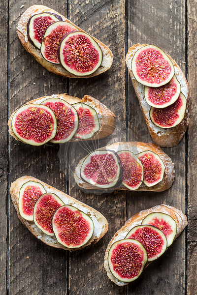 Sandwich with figs and goat cheese